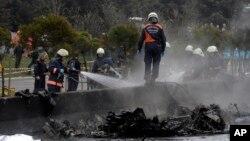 Pompiers travaillent sur le site du crash de l'hélicoptère dans le district Buyukcekmece d'Istanbul, le 10 mars 2017.