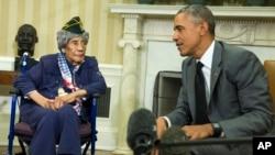Presiden Barack Obama bertemu dengan Emma Didlake, 110 tahun, dari Detroit, perempuan veteran tertua dari Perang Dunia Kedua, di Ruang Oval Gedung Putih, Jumat (17/7).