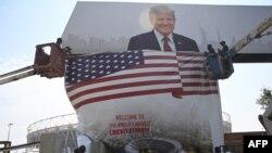 احمد آباد کے ایئرپورٹ سے اسٹیڈیم تک مختلف مقامات پر صدر ٹرمپ کے پوسٹرز آویزاں کیے گئے ہیں۔
