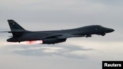 미 공군 37 비행단 소속으로 괌 앤더슨 공군기지에 주둔 중인 B-1B 랜서 전략폭격기가 10일 한국, 일본 공군과의 합동임무를 수행하기 위해 이륙하고 있다.
