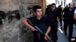 지난 8월 터키 경찰이 남동부 디야르바키르 시에서 쿠르드노동자당(PKK)의 폭탄 테러 위협에 대응해 작전을 펼치고 있다.