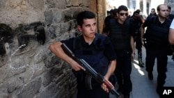 Turkish police officers conduct a security operation in Diyarbakir, southeastern Turkey, Aug. 15, 2015. Human Rights Watch accuses Turkish security forces of committing acts of abuse against civilians in their fight against the Kurdish rebel group, the PKK.