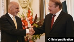 Shugaba Ashraf Ghani na Afghanistan yana shan hannu da Firayim Ministan Pakistan Nawaz Sharif