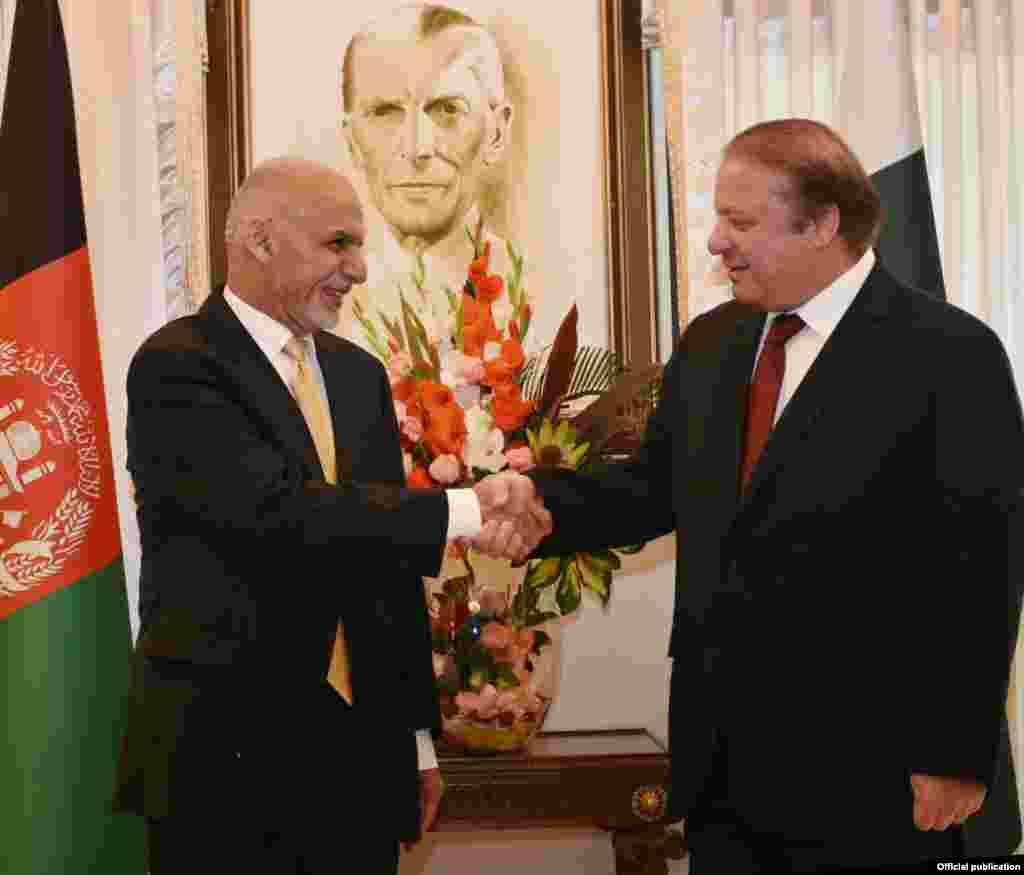 افغانستان کے صدر اشرف غنی پاکستان کے وزیر اعظم نواز شریف سے مصحافہ کر رہے ہیں۔