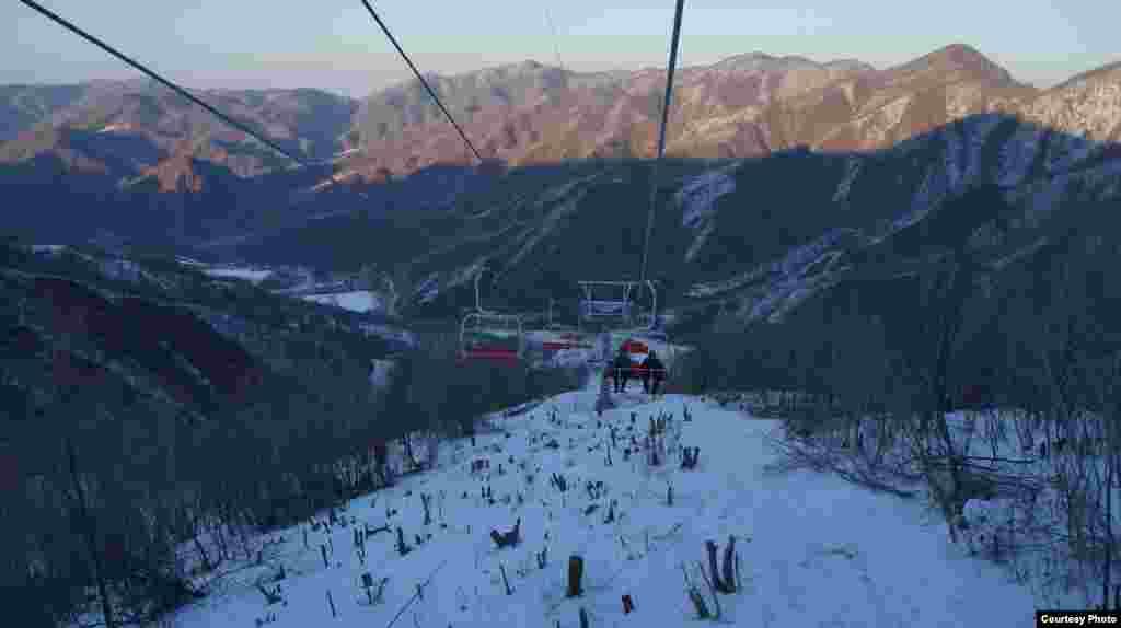 새해에 맞춰 개장한 북한 강원도 원산의 마식령 스키장. 리프트에서 내려다본 모습이다. '우리투어' 사진 제공.