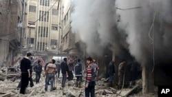 지난 13일 시리아 수도 다마스쿠스 인근 두마의 한 건물에서 정부군의 공습으로 검은 연기가 피어오르고 있다. (자료사진)