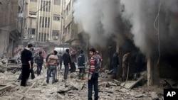 ພາບນີ້ ລົງເຜີຍແຜ່ ເມື່ອວັນທີ 13 ທັນວາ 2015, ໂດຍ ຕາໜ່າງຂ່າວການປະຕິວັດ Douma Revolution News Network ໃນໜ້າເຟັສບຸກ ສະແດງໃຫ້ເຫັນວ່າ ຊາວຊີເຣຍ ພາຍາຍາມ ດັບໄຟ ທີ່ເກີດຂຶ້ນໂດຍກ່ານຖິ້ມລະເບີດ ໃສ່ຕົວເມືອງ Douma ຂອງນະຄອນຫຼວງ Damascus ຂອງຊີເຣຍ.