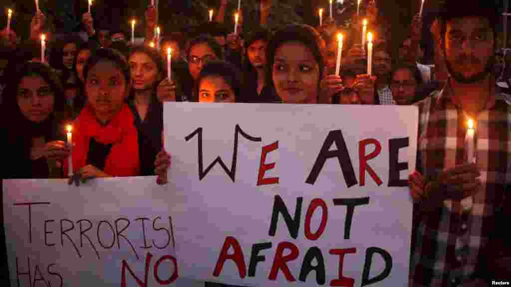 """Des étudiants tiennent des bougies et des pancartes mentionant """"Nous n'avons pas peur"""" lors d'une veillée en solidarité avec les victimes des attentats de Paris, à Chandigarh, en Inde, 16 novembre 2015."""