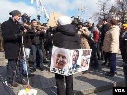 3月24日莫斯科反普京集会上的一名示威者 (美国之音白桦拍摄)