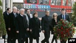 Članovi vlade Zorana Živkovića su danas, povodom devete godišnjice ubistva premijera Zorana Djindjića, polozili venac na spomen ploču na zgradi Vlade Srbije