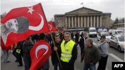 Fransa aleyhine Berlin'de gösteri yapan Türkler