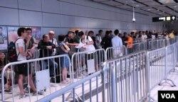 大批記者及市民在高鐵車票正式發售前,於西九站隔鄰的柯士甸站通宵排隊。(美國之音湯惠芸)