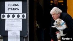 Perdana Menteri Boris Johnson meninggalkan tempat pemungutan suara di Methodist Central Hall bersama anjingnya, Dilyn, setelah melaksanakan hak pilih pada pemilu di London, Inggris, 12 Desember 2019.