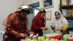 Iranian women in Tehran prepare pomegranates to serve at a celebration for Yalda, the longest night of the year, December 20, 2008. (FILE PHOTO)