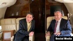 نزار زکا، شهروند لبنانی پس از آزادی از زندان در کنار رئیس امنیت داخلی لبنان در هواپیما