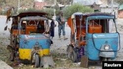 Cảnh sát Afghanistan đứng gác tại hiện trường vụ nổ ở thành phố Jalalabad, Afghanistan, 25/11/2016.