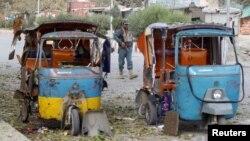 Polisi Afghanistan berjaga di dekat lokasi ledakan di Jalalabad, Afghanistan, 25 November 2016. (REUTERS/Parwiz)