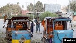 Yon polisye afgan kap kontwole youn nan zòn eksplozyon yo. Jalalabad, Afganistan 25 Novanm, 2016.