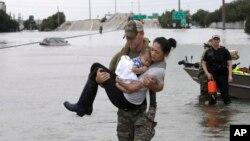 Спасатели пытаются помочь жителям, пострадавшим от наводнения в Хьюстоне