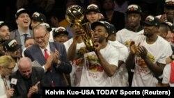 """Kavai Lenard sa trofejem """"Leri O'Brajen"""" namenjen šampionu NBA lige (Foto: Reuters/Kelvin Kuo-USA TODAY Sports)"""