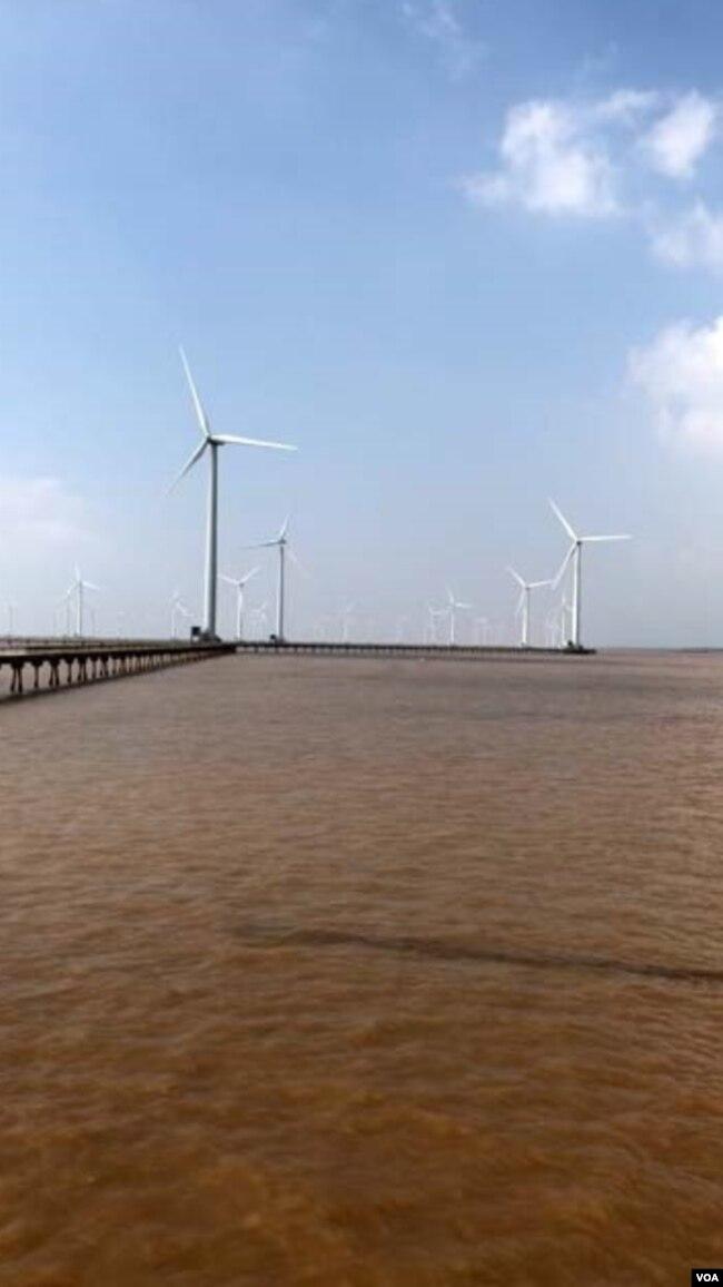 """TS Lê Anh Tuấn chuyên gia nghiên cứu Biến Đổi Khí Hậu / Climate Change ĐHCT, đang thuyết trình về tiềm năng trên biển của khu Điện Gió Bạc Liêu, Anh Tuấn có các hoạt động hỗ trợ cho tổ chức """"Save the Mekong, Our River Feeds Millions"""" có trụ sở tại Bangkok"""