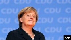 Angela Merkel valyutası avro olan 16 ölkənin borc böhranından çıxacağından əminliyini dilə gətirib