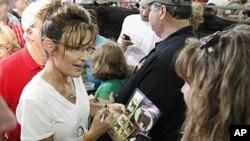 前阿拉斯加州州长佩林8月12日在爱奥华州的一个集市上