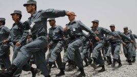 Các sĩ quan cảnh sát vừa tốt nghiệp của Afghanistan.