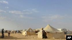 叙利亚人走过约旦同叙利亚东北部边界的拉克班难民营(2016年6月22日,资料图片)