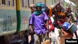 Vendeurs ambulants autour du train Dakar - Niamey le 6 mars 2005.