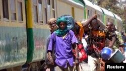 Des passagers du train Dakar-Niger arrivent dans la capitale du Sénégal Dakar, 6 mars 2005.