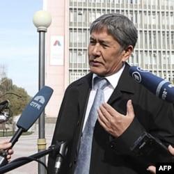 Olmosbek Otamboyev Bishkekda jurnalistlar bilan suhbatda