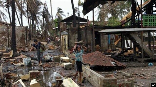 Bangunan-bangunan milik warga Muslim yang dirusak di Sittwe, negara bagian Raskhine. (AP/A.M. Ahad)