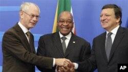 Shugaban Afirka ta Kudu Jacob Zuma, a tsakiya, yake hanu da manyan jami'an tarayyar turai.