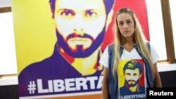 Lillian Tintori, esposa del encarcelado líder opositor, Leopoldo López, posa frente a un cartel con el rostro de su esposo en enero de 2017.