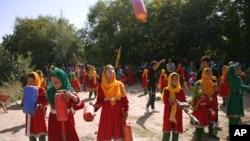 Dečija parada na obali jezera Karha