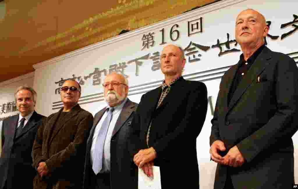 کیارستمی در حاشیه جشنواره فیلم ژاپن در سال ۲۰۰۴.