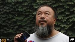 20일 휴대폰을 통해 변호사의 말을 전하는 중국 반체제 예술가 아이웨이웨이.