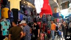 Warga membeli pakaian dalam persiapan hari raya Idulfitri, di pasar Syorjah, Baghdad tengah, Irak, Selasa, 11 Mei 2021. (AP Photo / Hadi Mizban )
