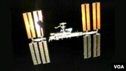 La sombra del Endeavour se puede ver sobre los paneles solares de la Estación Espacial Internacional en su momento de salida.