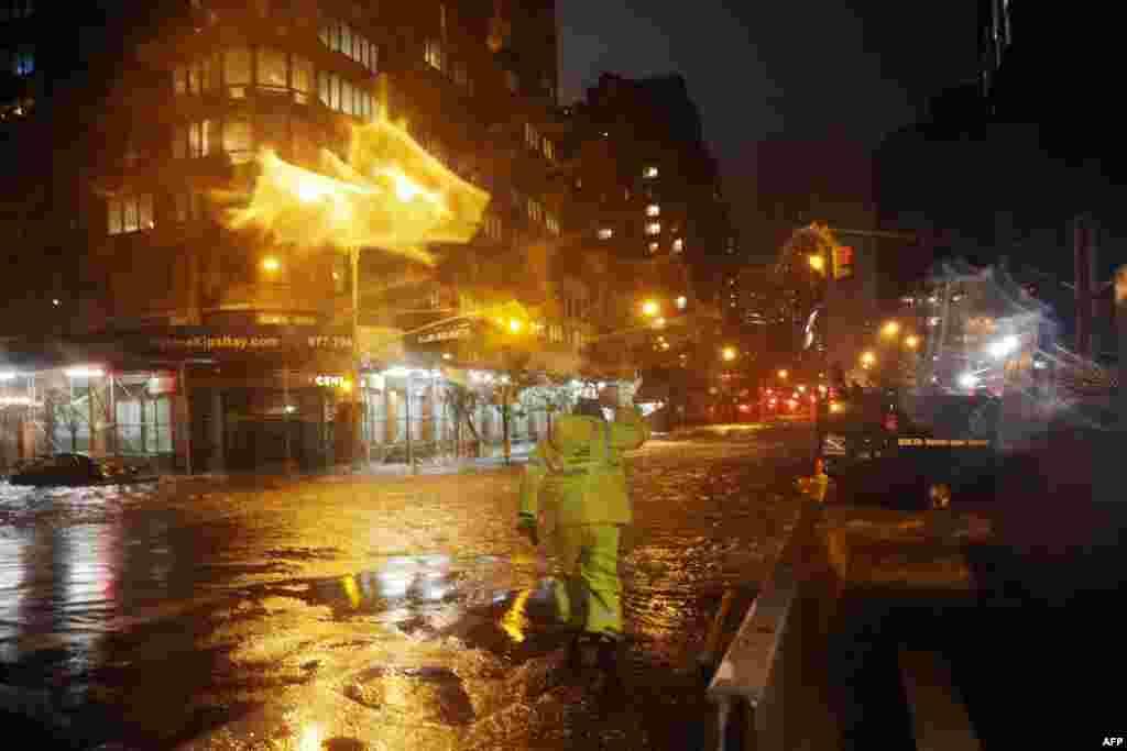 Un trabajador de la compañía eléctrica camina sobre las calles 33 y 1a., en frente del centro médico de Langone, en Manhattan.