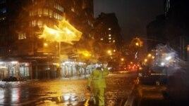 Des travailleurs de Con Edison  tentant de rétablir l'électricité à Manhattan
