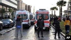 Policija i kola hitne pomoći na mestu eksplozije u Izmiru
