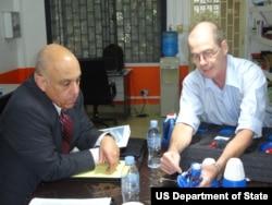 国务院副助卿佩雷斯在柬埔寨视察美国所赞助CWD项目(美国国务院照片)