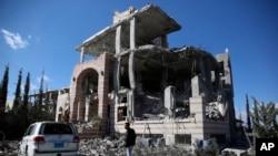 Một toà nhà bị phá huỷ sau một vụ không kích của liên quân do Ả rập Xê út dẫn đầu tại Sanna, Yemen.
