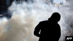Bugün Bahreyn'in Aali kentinde polisle çatışan eylemci