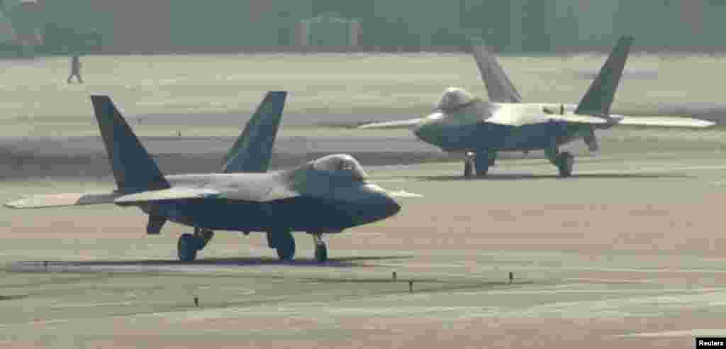 지난달 3일 미-한 연합훈련에 참가한 미 공군 소속 F-22 스텔스 전투기가 오산 기지에서 이륙 준비 중이다.