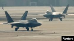 미-한 연합훈련에 참가한 미 공군 소속 F-22 스텔스 전투기가 오산 기지에서 이륙 준비 중이다. (자료사진)