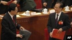 胡錦濤與溫家寶14日在人大會議上對視微笑