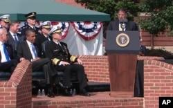 Presidente Obama ouvindo o Secretário da Defesa Leon Panetta durante a cerimónia de tomada de posse do General Dempsey em Fort Myer